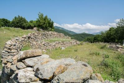 Besichtigen Sie die Ruinen der alten Klöster in Papikio